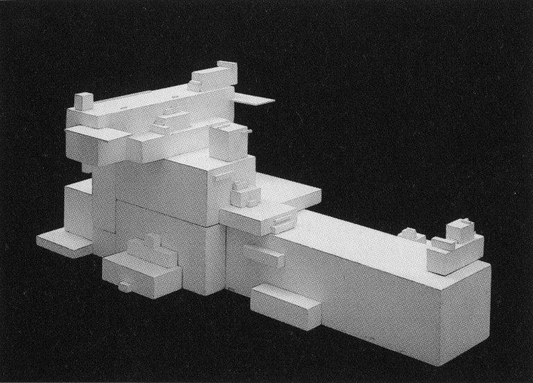 """Малевич использовал слово """"архитектоны"""" - архитектурно-скульптурные модели, в которых принципы супрематизма использовались в построении объемно-пространственных форм."""