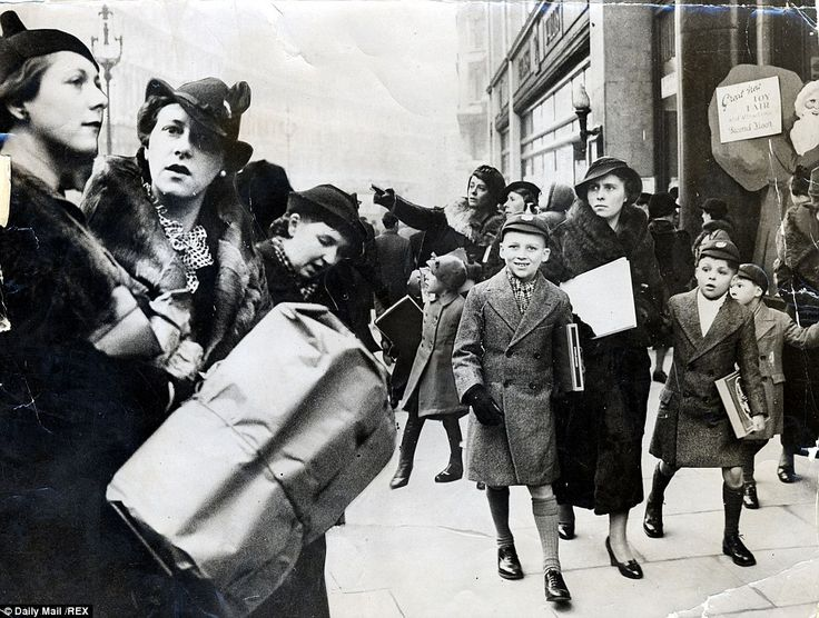 1936: Crowds turn out for Christmas shopping on the streets of Holborn in London