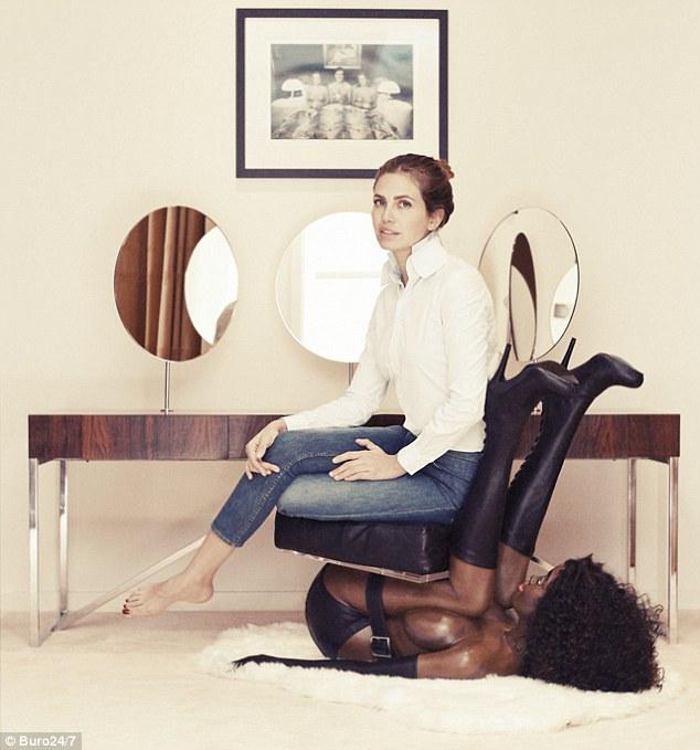 Этого кресла на выставке нет - кураторы побоялись пересекать грань