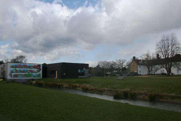 Valence House (справа) и общественный центр (слева)
