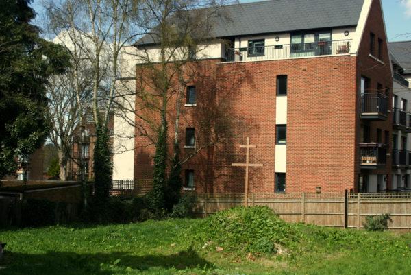 На месте будущей церкви сейчас установлен крест.