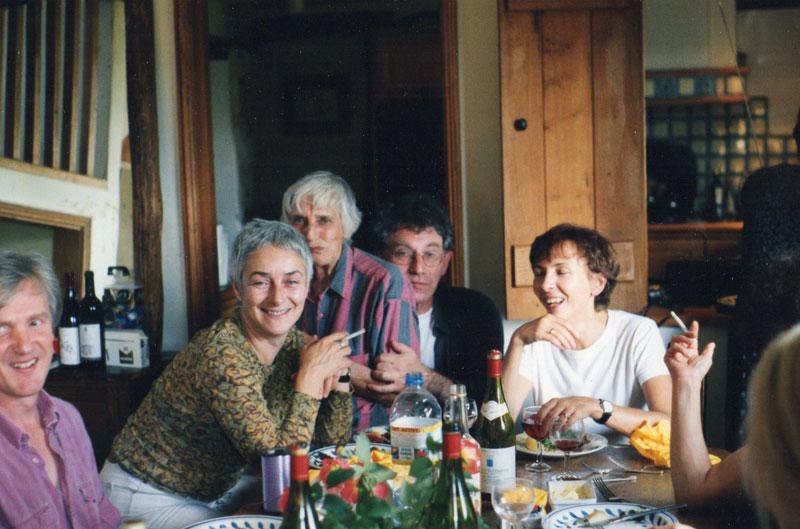 Гости в сарае. В центре слева - Маша Слоним (леди Филлимор), ее мать - Татьяна Литвинова (дочь сталинского министра иностранных дел Литвинова), Зиновий Зиник, Нина Петрова.