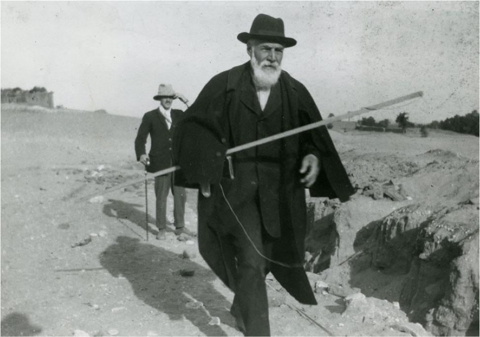 Питри на раскопках города Абидоса в возрасте 69 лет в 1922 году