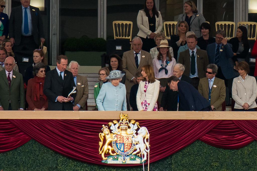 Ее Величествопоявилась на трибуне раньше запланированного - во время дневной программы. При виде голубой шляпкипо трибунам пошел взволнованный шепот.