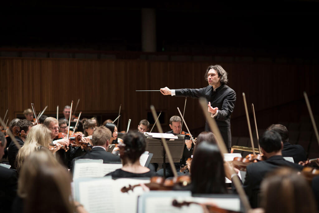 Vladimir-Jurowski-conducting-the-London-Philharmonic-Orchestra-credit-BENJAMIN-EALOVEGA