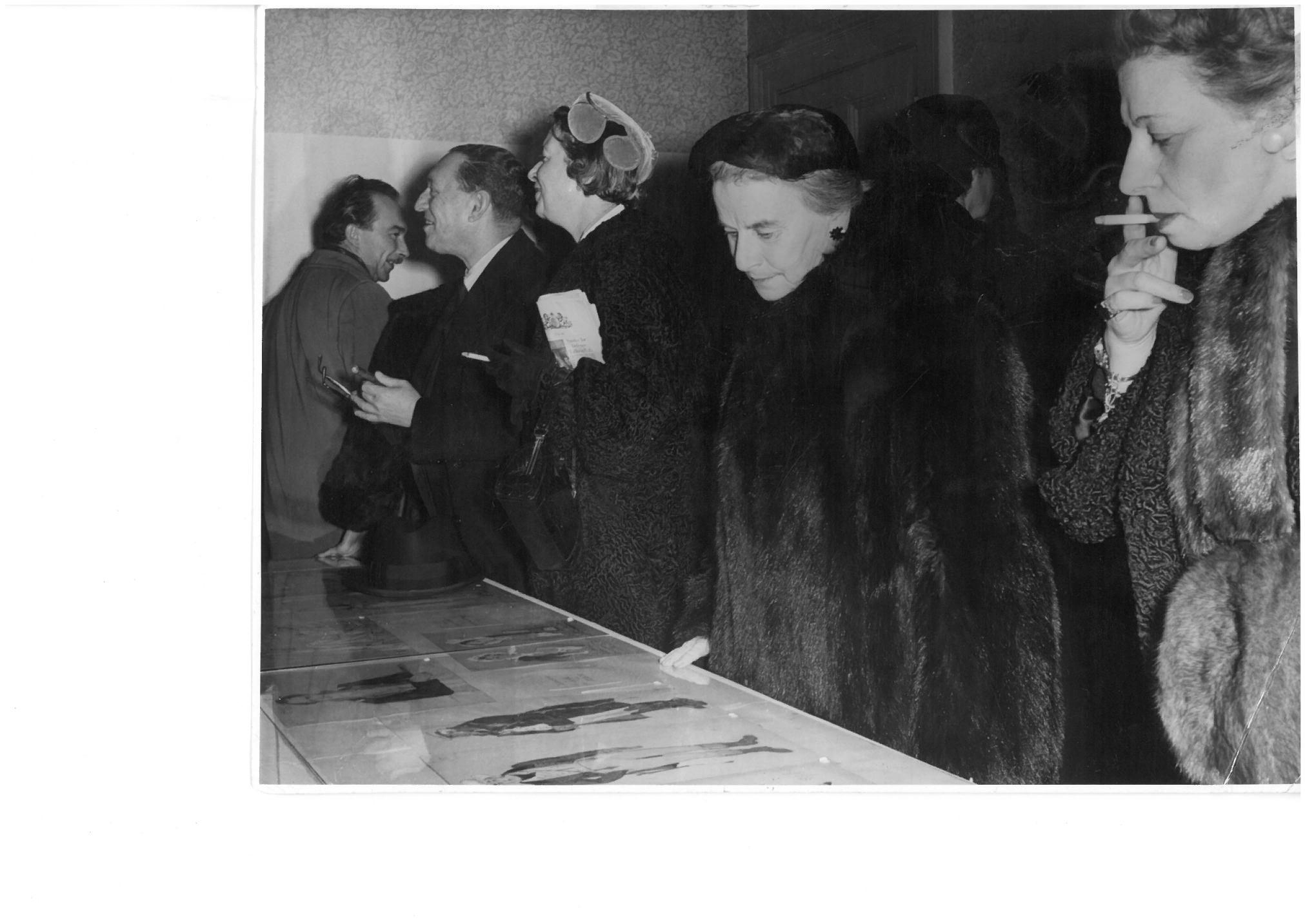 На выставке в Пушкинском Доме, в центре – Мари Рамбер