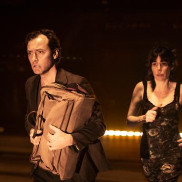 «Джуд Лоу не спасает эту холодную, невпечатляющую постановку». Британская критика о новом спектакле