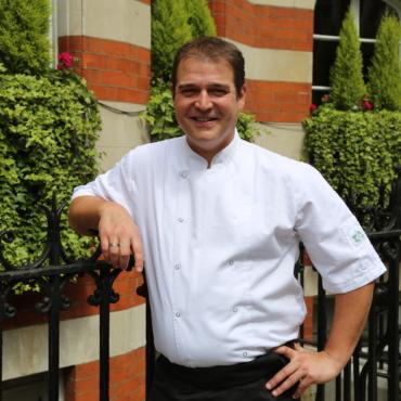 Легко ли быть французским шеф-поваром в богатой русской семье в Лондоне?