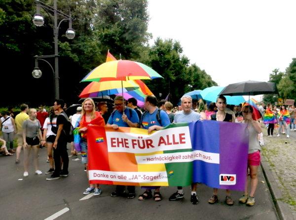 «Брак для всех. Спасибо всем, кто голосовал за». 30 июня этого года Бундестаг узаконил в Германии однополые браки.