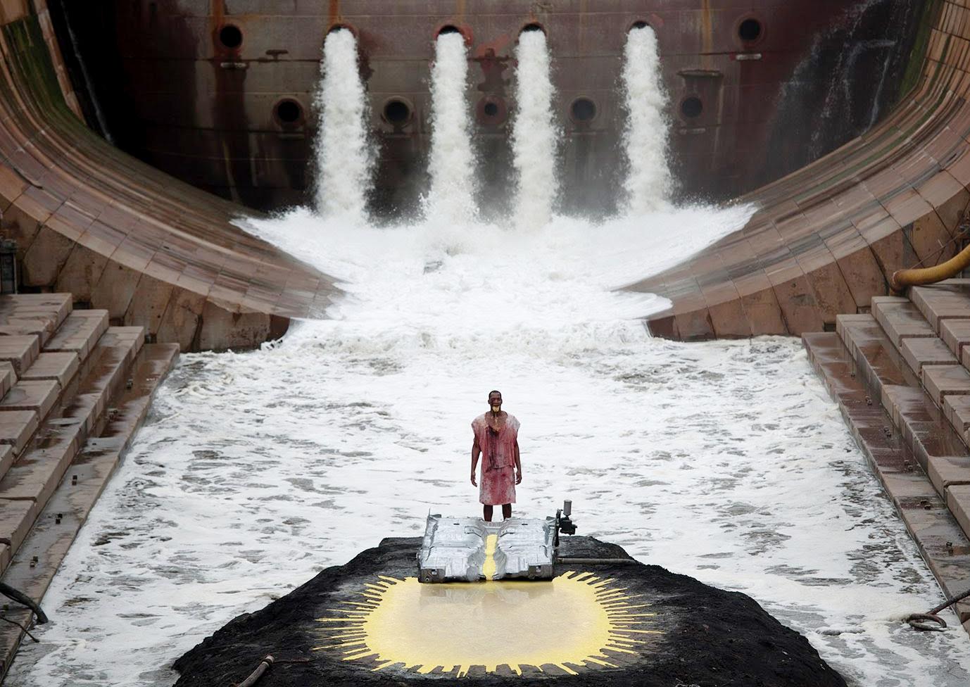 """Кадр из фильма Мэтью Барни """"River of Fundament"""" (2014)."""