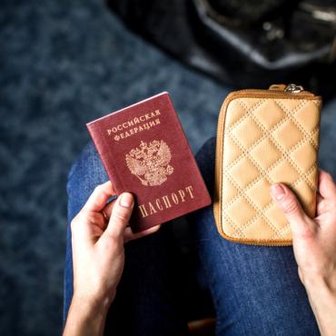 Живущие за рубежом граждане России должны будут отчитываться о вступлениях в брак и разводах в российские консульства