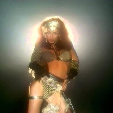Что за «бабушку» имела в виду Кейт Буш в своем знаменитом сингле «Babooshka»?