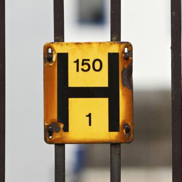 Крупная буква «H» с цифрами на желтом фоне – что означает этот знак?