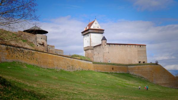 Почему люди уезжают в Эстонию