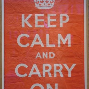 Кто и при каких обстоятельствах придумал лозунг 'Keep calm and carry on'?