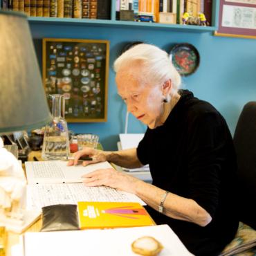 91-летняя переводчица Мэри Хобсон читает «Евгения Онегина» по-русски (и это очень круто)
