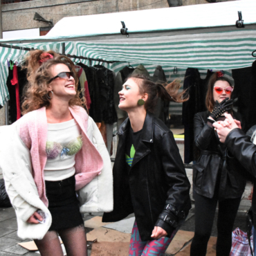 Атмосфера вещевого рынка 90-х на Brixton Market (фото ностальгического перформанса)