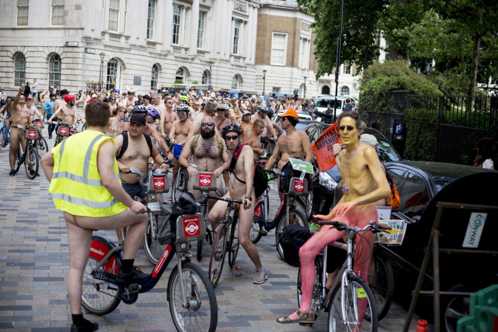 «Хочешь раздеться?» Зачем нужен голый велопробег, и чего добиваются его участники