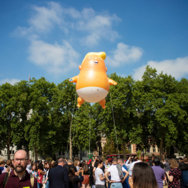 Трампа в Англии приветствовали надувной куклой и огромной русской матерной надписью (фото)