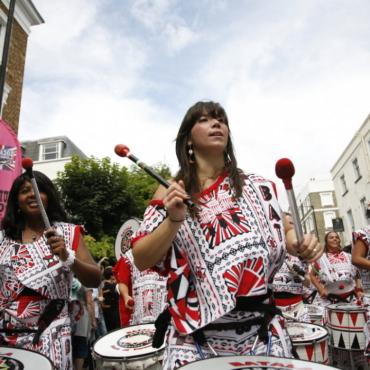 Перья, барабаны и аресты. Как проходит карнавал в Ноттинг-Хилл и безопасно ли туда идти?
