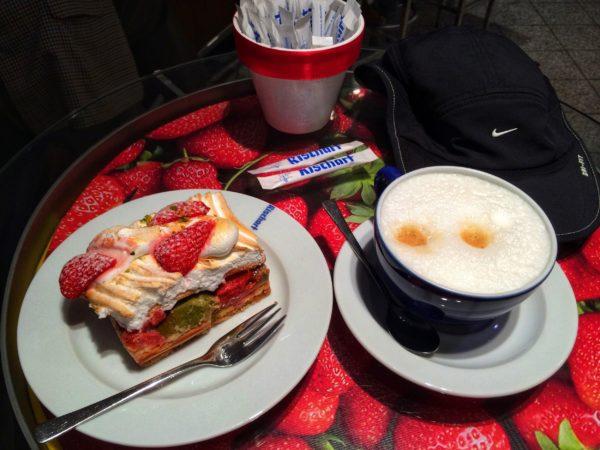 Завтрак на фотографии: каппучино 3,40€, Erdbeere Baiser 3,20€