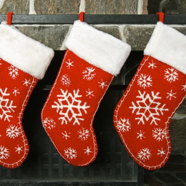 Кто придумал класть подарки в чулки на камине на Рождество?