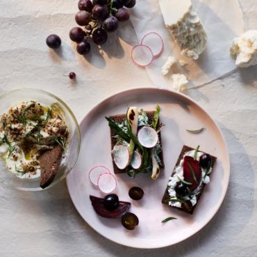 «Селедка в мехах» и суп с икрой. В Лондоне вышла книга Алисы Тимошкиной о сибирской еде
