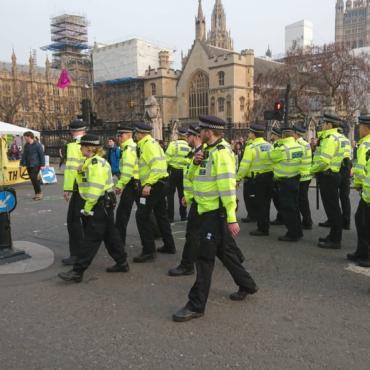 Экоактивисты, всю неделю проводящие акции в Лондоне, пригрозили завтра заблокировать Heathrow
