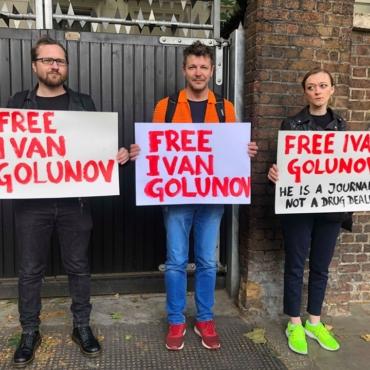 Возле российского посольства в Лондоне проходит пикет в поддержку Ивана Голунова