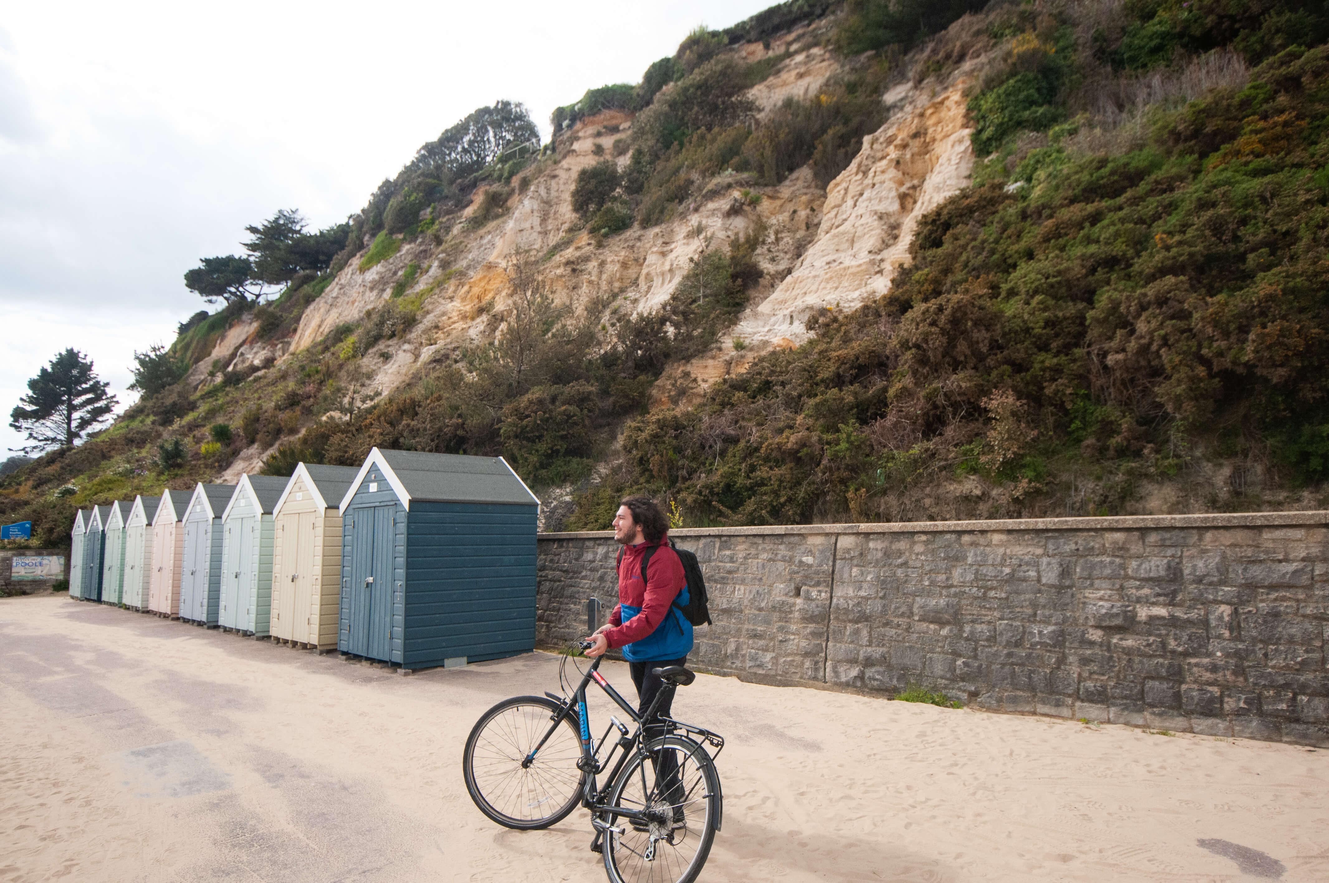 пляж в Британии с пляжными домиками