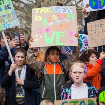 Миллионы детей и взрослых участвуют в Global Climate Strike. Инициатор акции – 16-летняя школьница Грета Тунберг