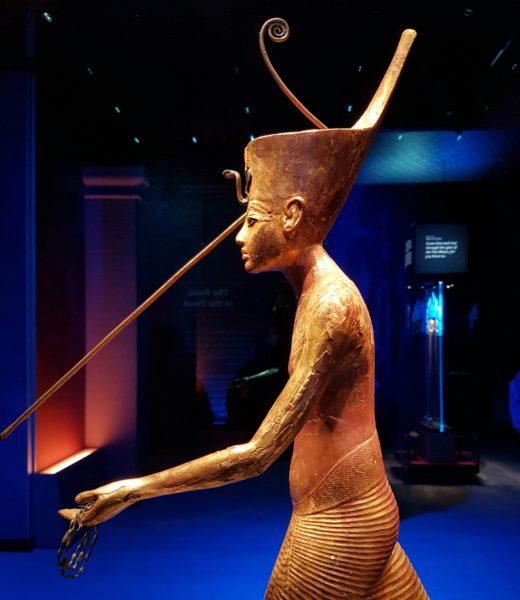 Деревянная позолоченная скульптура Тутанхамона, охотящегося с гарпуном