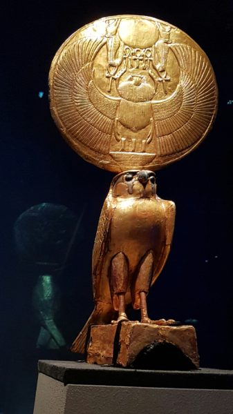 Скульптура бога Гора с солярными символами