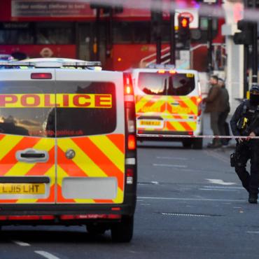 Террориста обезвредили прохожие с помощью огнетушителя и бивня нарвала. Но так удачно бывает не всегда