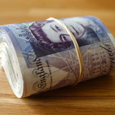 Кто-то уже в двенадцатый раз подбрасывает пакет с £2000 жителям английской деревни