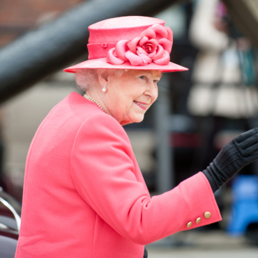 Королева Елизавета II отказалась от меха