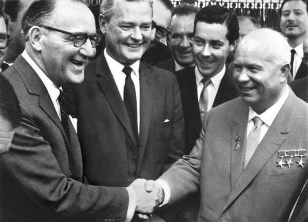 Легендарный джазовый кларнетист Бенни Гудман (слева) и первый секретарь ЦК КПСС Никита Хрущев