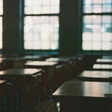 Везде закрывают школы, а в Британии нет. В чем логика?