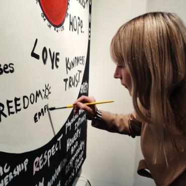 Сумка для разрыва отношений: о чем выставка-перформанс «No More Manifesto» в галерее SAAS