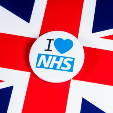Минута молчания в честь работников NHS