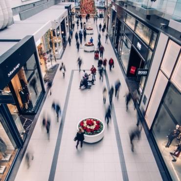 Ослабление карантина в Англии: огромные очереди в торговые центры и магазины