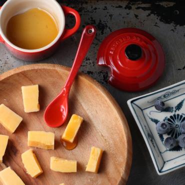 Главный британский сыр. Инструкция: как выбрать чеддер и с чем его есть?