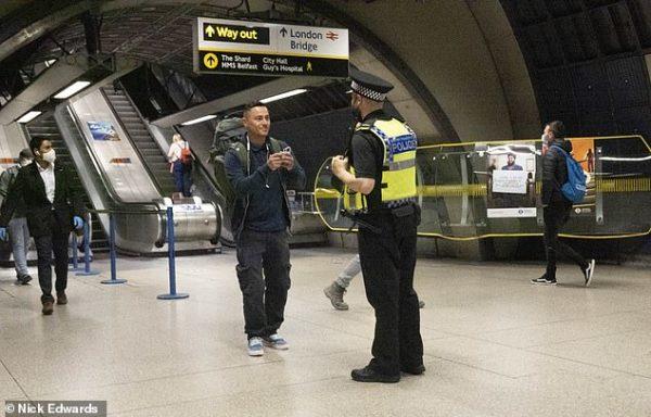 Полиция штрафует пассажиров метро без масок
