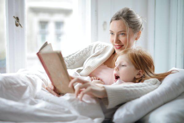 Мама читает ребенку книгу