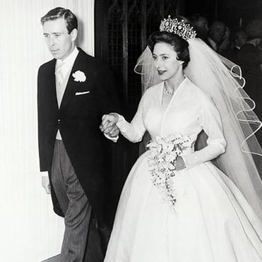 Скромные или стильные? Знаменитые свадебные платья британских королев и принцесс