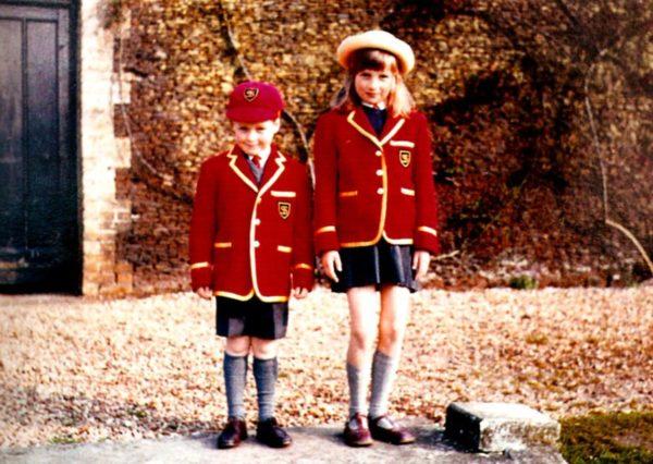 Принцесса Диана со своим братом во дворе школы