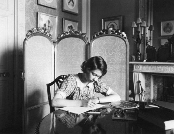 Юная Елизавета II выполняет домашнее задание