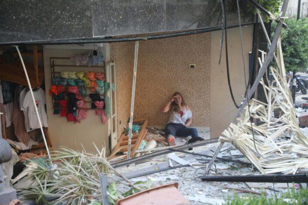 Раненая женщина в разрушенном взрывом здании в Бейруте