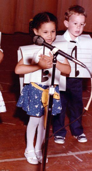 Маленькая Меган Маркл исполняет песню во время выпускного в Little Red School House