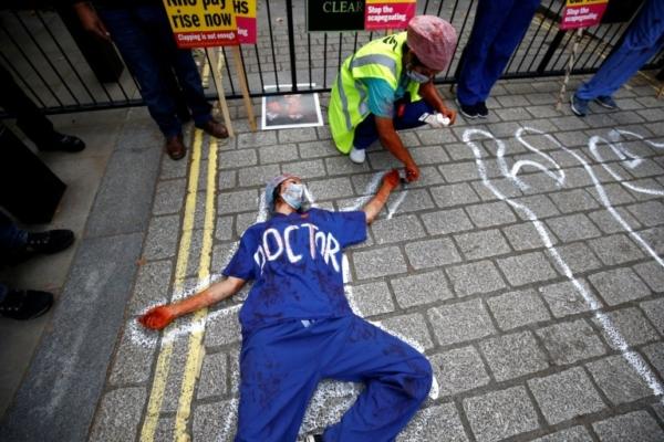 Сотрудники NHS измазались фальшивой кровью